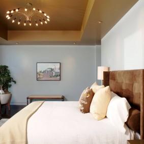 Светлая спальня с низким потолком