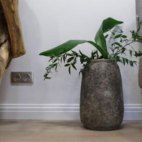 Серый вазон на полу в гостиной