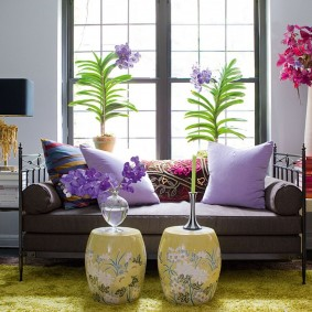 Сиреневые подушки на классическом диване