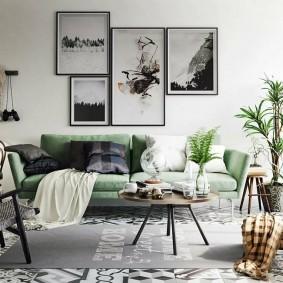 Большие фотографии над зеленым диваном