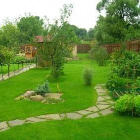 Дорожка из камня через садовый газон