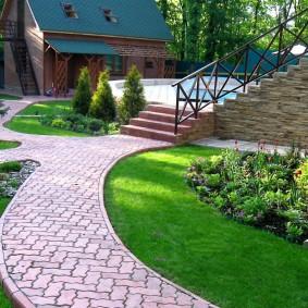 Декоративный газон перед кирпичным домом