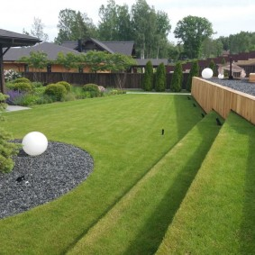 Партерный газон на участке с террасами