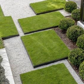 Искусственный газон в саду современного стиля