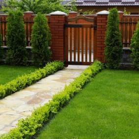 Аккуратный газон в палисаднике частного дома