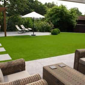 Идеальный газон в садовом ландшафте