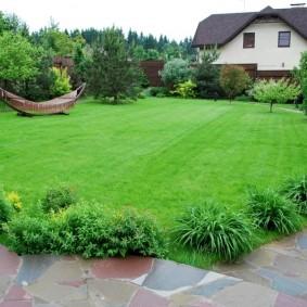Круглая лужайка с парковым газоном