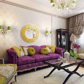 Круглое зеркало над фиолетовым диваном