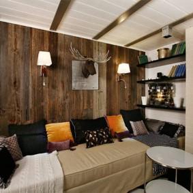 Оленьи рога на стене с деревянной отделкой