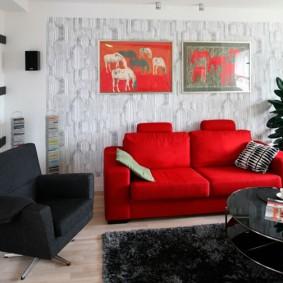 Яркий диван в интерьере гостиной