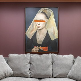 Одиночная картина над диваном в зале