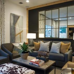 Зеркальное панно над диваном в квартире