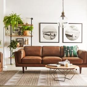 Две картины в гостиной современного стиля