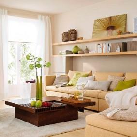 Деревянные полки над бежевым диваном