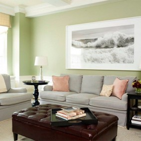 Большая фотография на светло-зеленой стене