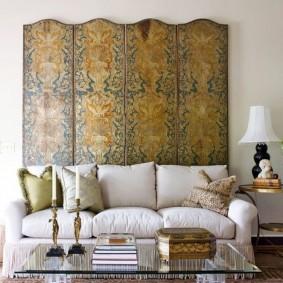 Деревянная ширма за спинкой дивана