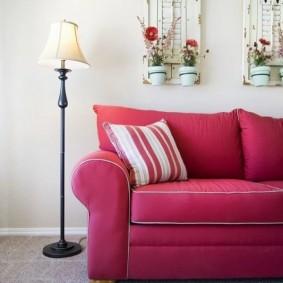 Напольный светильник около розового дивана