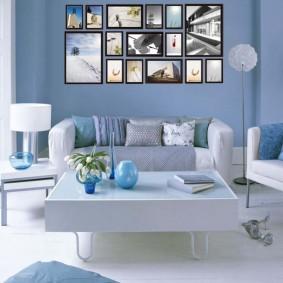 Коллекция фотографий на голубой стене комнаты
