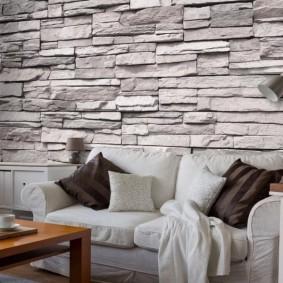 Декор искусственным камнем стены над диваном