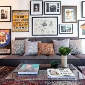 Прямой диван без подлокотников в гостиной комнате