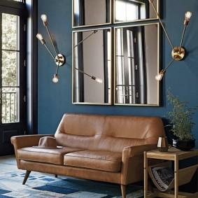 Зеркальные картины над коричневым диваном
