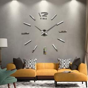 Встроенные часы в стене гостиной