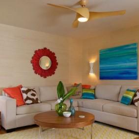 Оформление светлой стены над угловым диваном