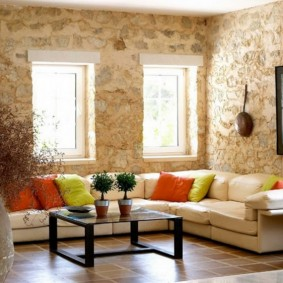 Декорирование камнем стен в гостиной