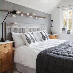Кровать с деревянным изголовьем серого цвета
