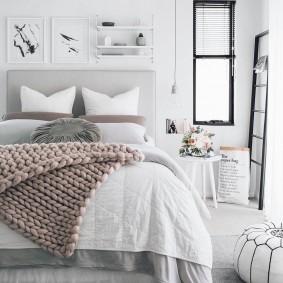 Узкое окошко в светлой спальне