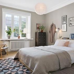 Серые стены в спальне городской квартиры