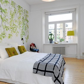 Роспись стены в спальне без штор на окне
