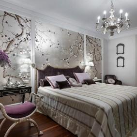 Люстра со свечами над широкой кроватью