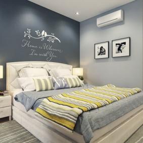 Надписи на стене в интерьере спальни