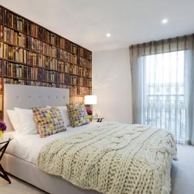 Обои с книгами на акцентной стене спальни