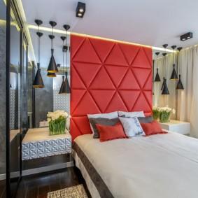 Красный декор в спальной комнате