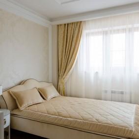 Плотные шторы на окне маленькой спальни