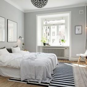 Черные полоски на коврике в спальне
