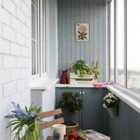 Деревянный столик для чаепития на балконе