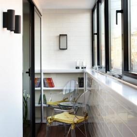 Прозрачный стул на очень узком балконе