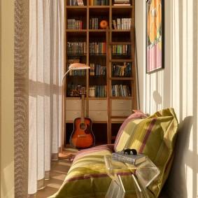 Книжные полки в интерьере балкона