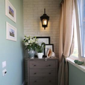 Садовый фонарик на кирпичной стене лоджии