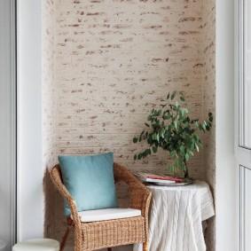 Плетенное кресло с мягкой подушкой