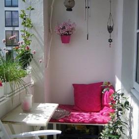 Мягкая скамейка на балконе без окон