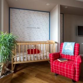 Детская кроватка в нише стены квартиры-студии