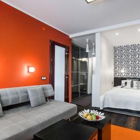 Яркая стена в однокомнатной квартире