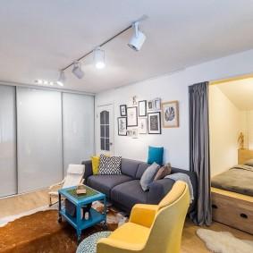 Поворотные споты на потолке квартиры студийной планировки
