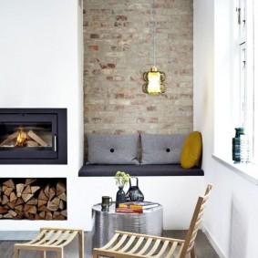 Кирпичная отделка стены в нише с диванчиком