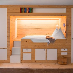 Яркое освещение ниши с высокой кроватью