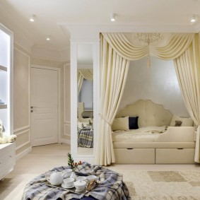 Светлые шторы в квартире классического стиля